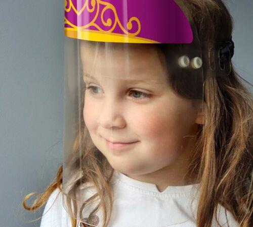 dziewczynka w przyłbicy z koroną