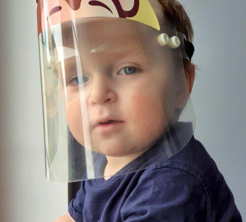 chłopiec w przyłbicy ochronnej